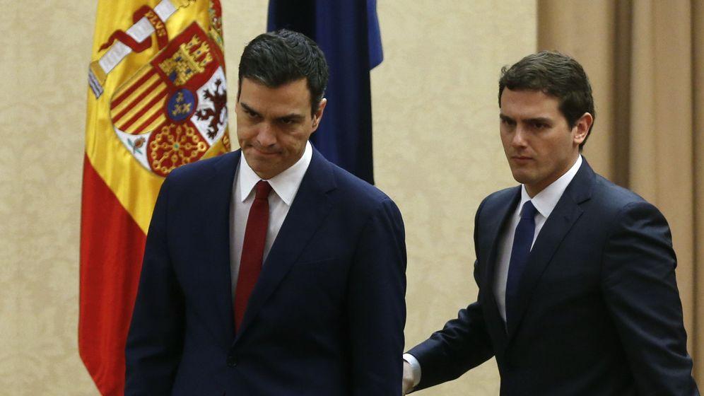 Foto: El secretario general del PSOE, Pedro Sánchez, junto al presidente de Ciudadanos, Albert Rivera. (Reuters)