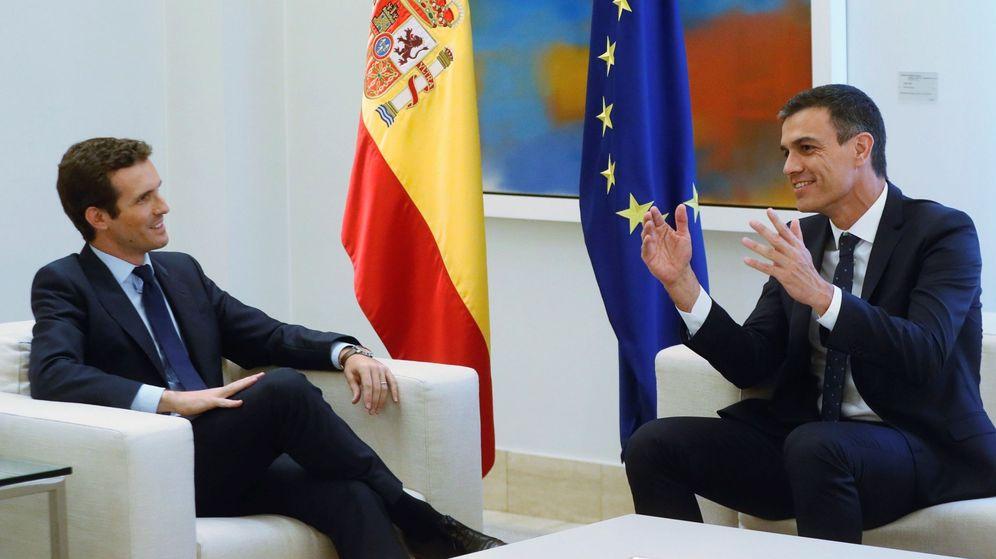Foto: El presidente del Gobierno, Pedro Sánchez (d), conversa con el nuevo líder del PP, Pablo Casado (i). (EFE)