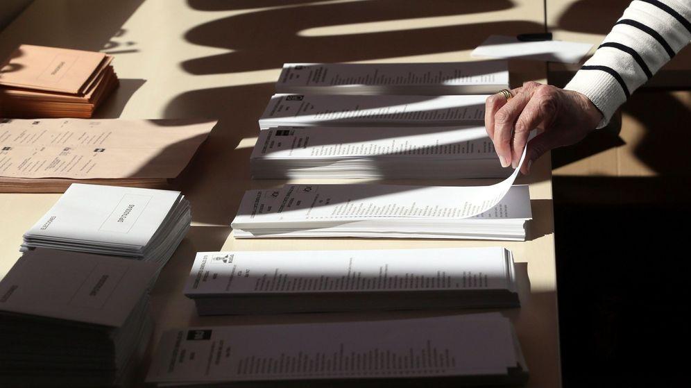 Foto: Una persona, votando en un colegio de Pozuelo de Alarcón, en Madrid, el pasado 28 de abril. (EFE)