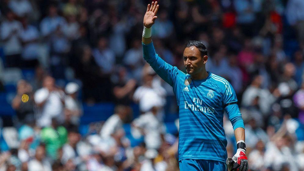 Foto: Keylor Navas hace un gesto de despedida a los aficionados del Bernabéu en el partido contra el Betis. (Efe)