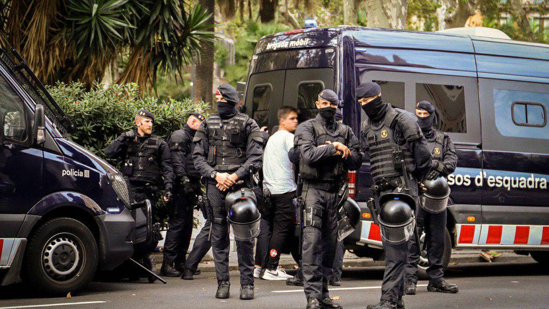 El detenido en Via Laietana por los ataques a la Jefatura Superior de Policía de Cataluña, en una imagen difundida por Anonymous.
