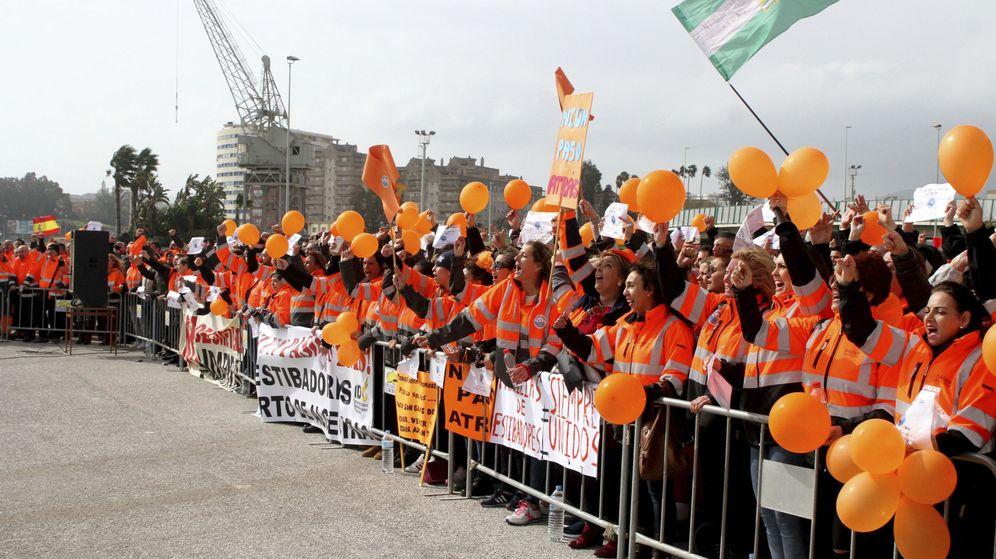 Foto: Alrededor de un millar de personas, en su mayoría estibadores del puerto de Algeciras. (Efe)