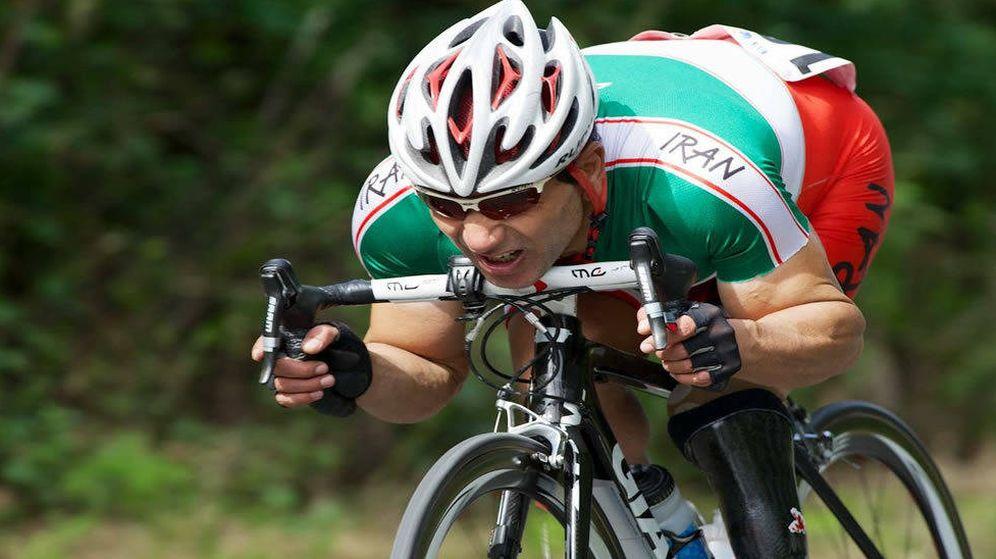 Foto: Bahman haciendo lo que más le gustaba: montar en bicicleta