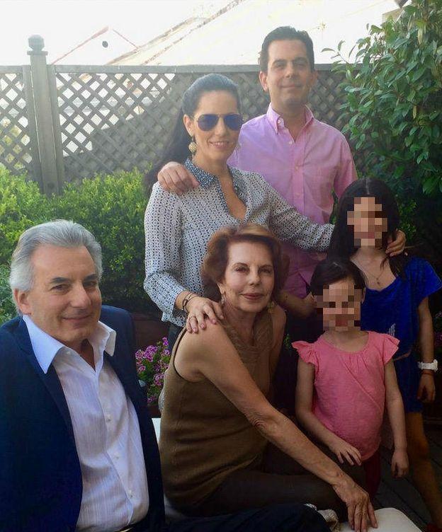 Foto: Patricia junto a sus tres hijos y dos de sus nietas (Twitter)