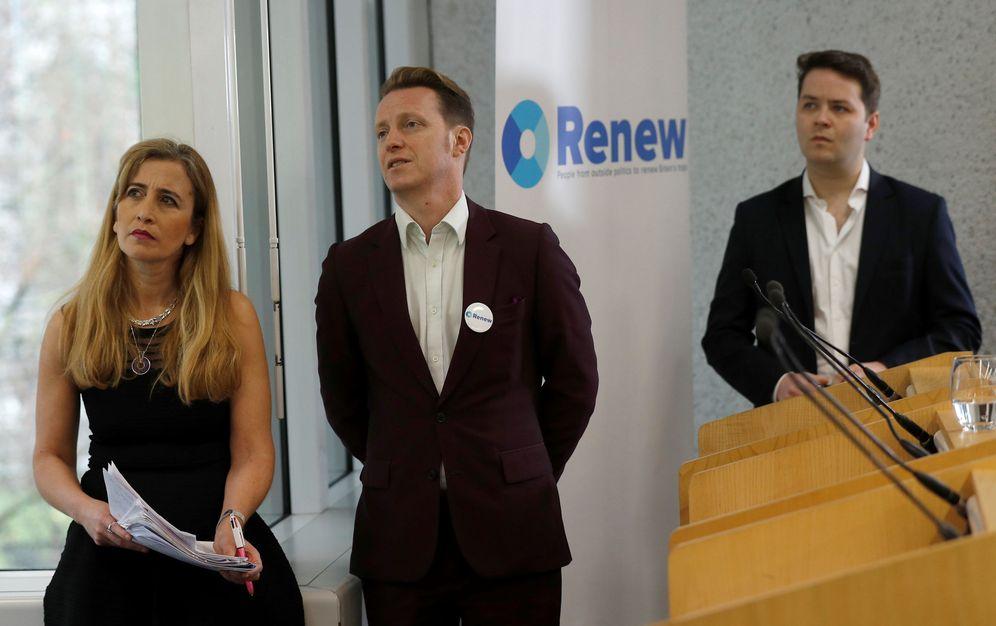 Foto: Sandra khadhouri, James Clarke y James Torrance, líderes de Renew, durante la presentación del partido en Londres. (Reuters)