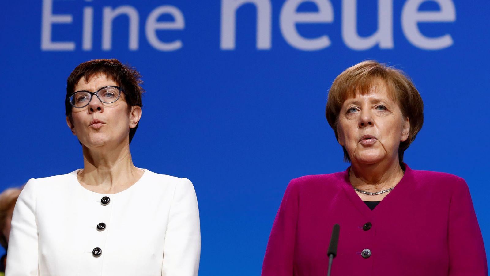 Foto: Merkel y la que se perfila como su sucesora, AKK, en un congreso de la CDU. (Reuters)