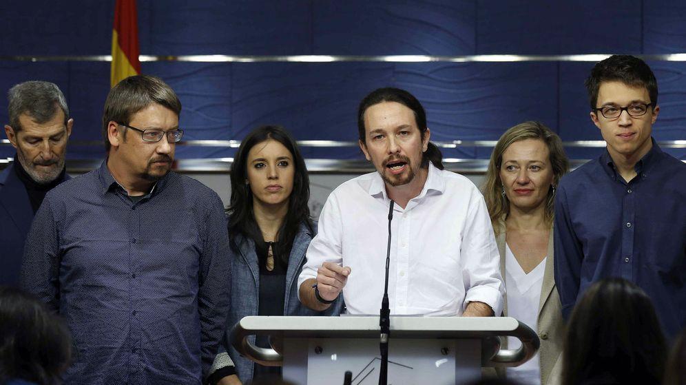 Foto: Pablo Iglesias acompañado por una parte del equipo que negociaría con el PSOE: Julio Rodríguez, Xavier Domènech, Irene Montero, Victoria Rosell e Íñigo Errejón. (EFE)