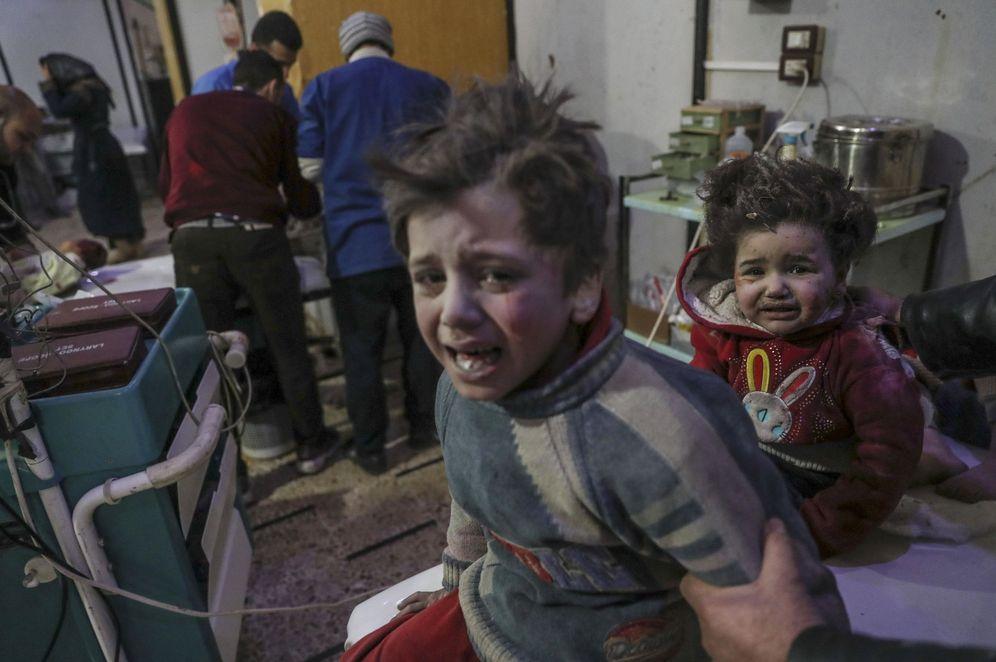 Foto: Niños heridos reciben ayuda en un hospital controlado por los rebeldes en Douma, Guta Oriental, Siria. (EFE)
