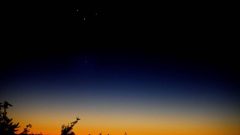 Venus (c), Júpiter (i), Mercurio (d) y Marte (abajo) se alinean en una madrugada de mayo de 2011, en el cielo de Sídney (Australia). (EFE)