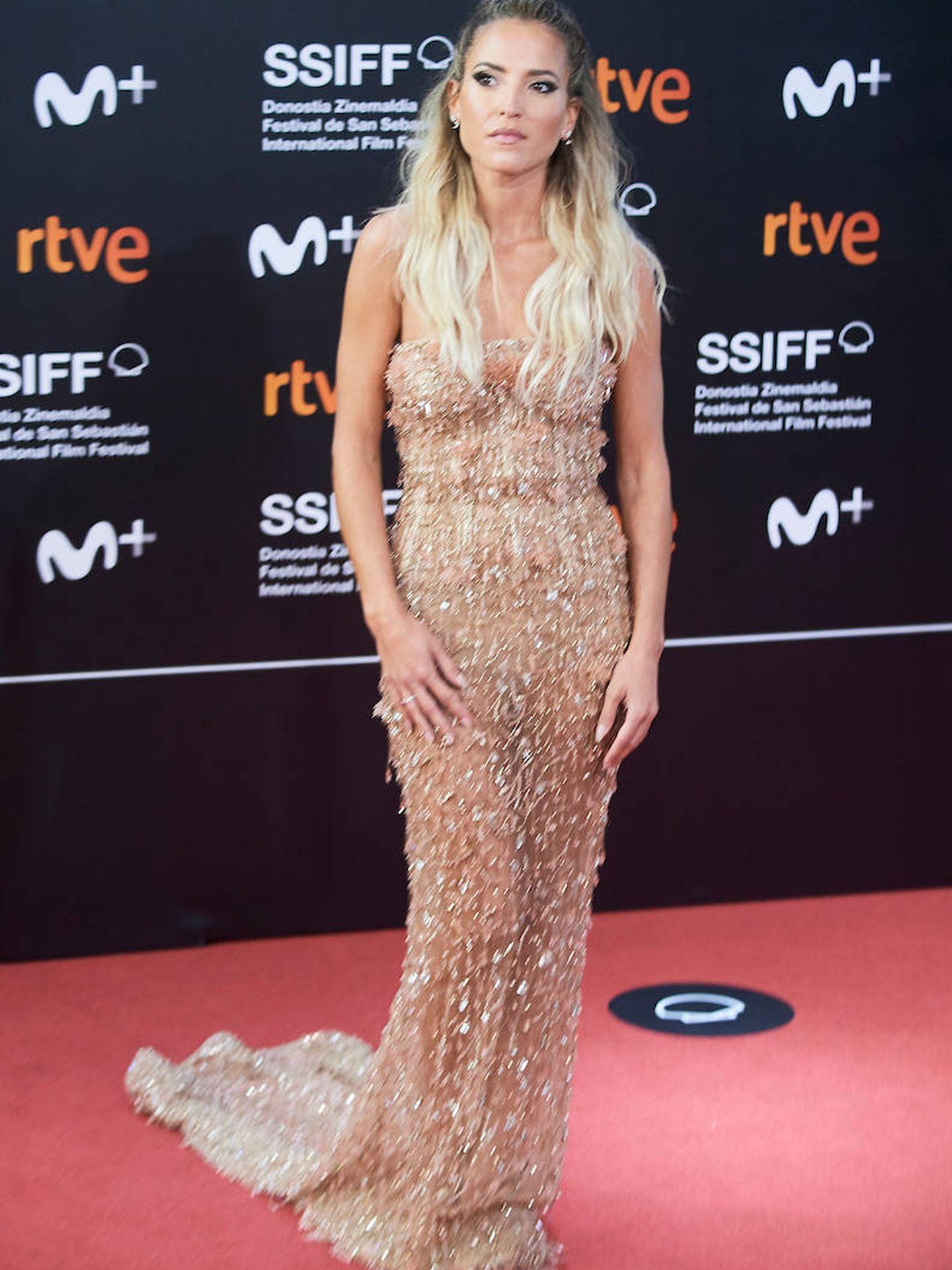 Ana Fernández con vestido largo de corte sirena, dorado, semitransparente y con lentejuelas. (Limited Pictures)