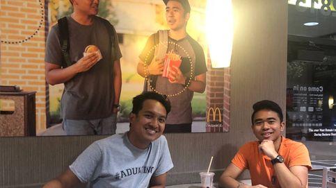 Final feliz para la broma de los chicos que colgaron su propia foto en un McDonalds