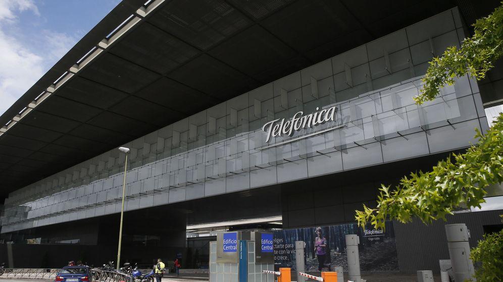 Foto: Un vigilante de seguridad controla la entrada del Distrito C de Telefónica. (EFE)