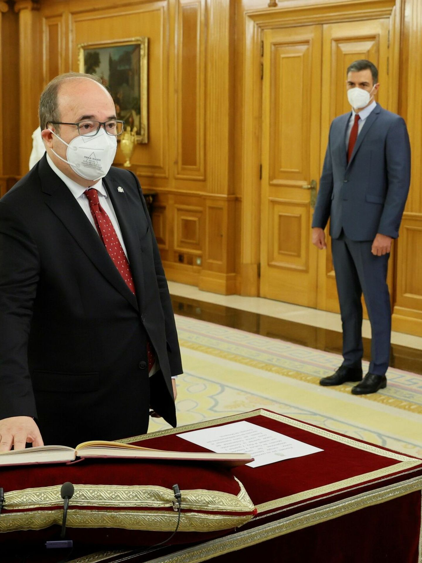 Miquel Iceta y Pedro Sánchez, ambos con corbata roja. (EFE)