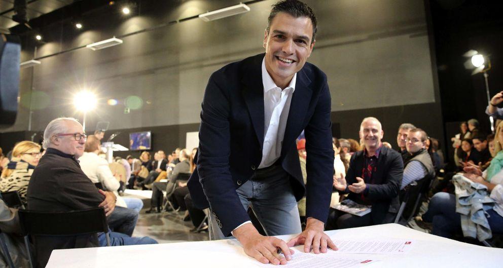 Foto: Pedro Sánchez, firmando el Código Ético del PSOE. (EFE)