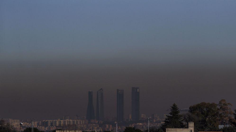 Foto:  Vista de las Cuatro Torres de Madrid, con la boina de contaminación que se extiende. (EFE)
