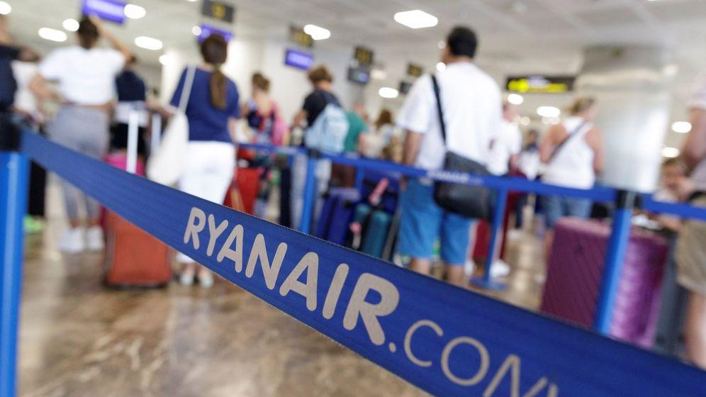 Foto: Mostradores de Ryanair en el aeropuerto Tenerife Sur. (EFE)