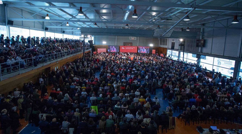 Pedro Sánchez, durante su mitin en un abarrotado polideportivo San Francisco Javier en A Coruña, este 10 de marzo en la ciudad gallega. (Eva Ercolanese | PSOE)