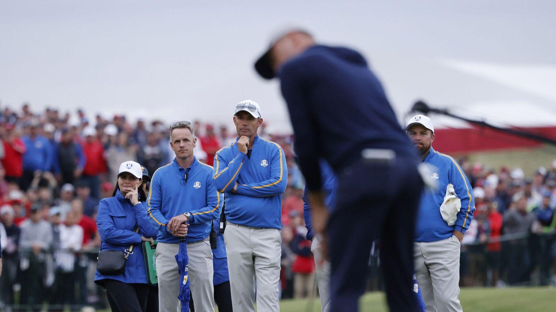 Padraig Harrington observa el golpe de Justin Thomas. (Reuters)
