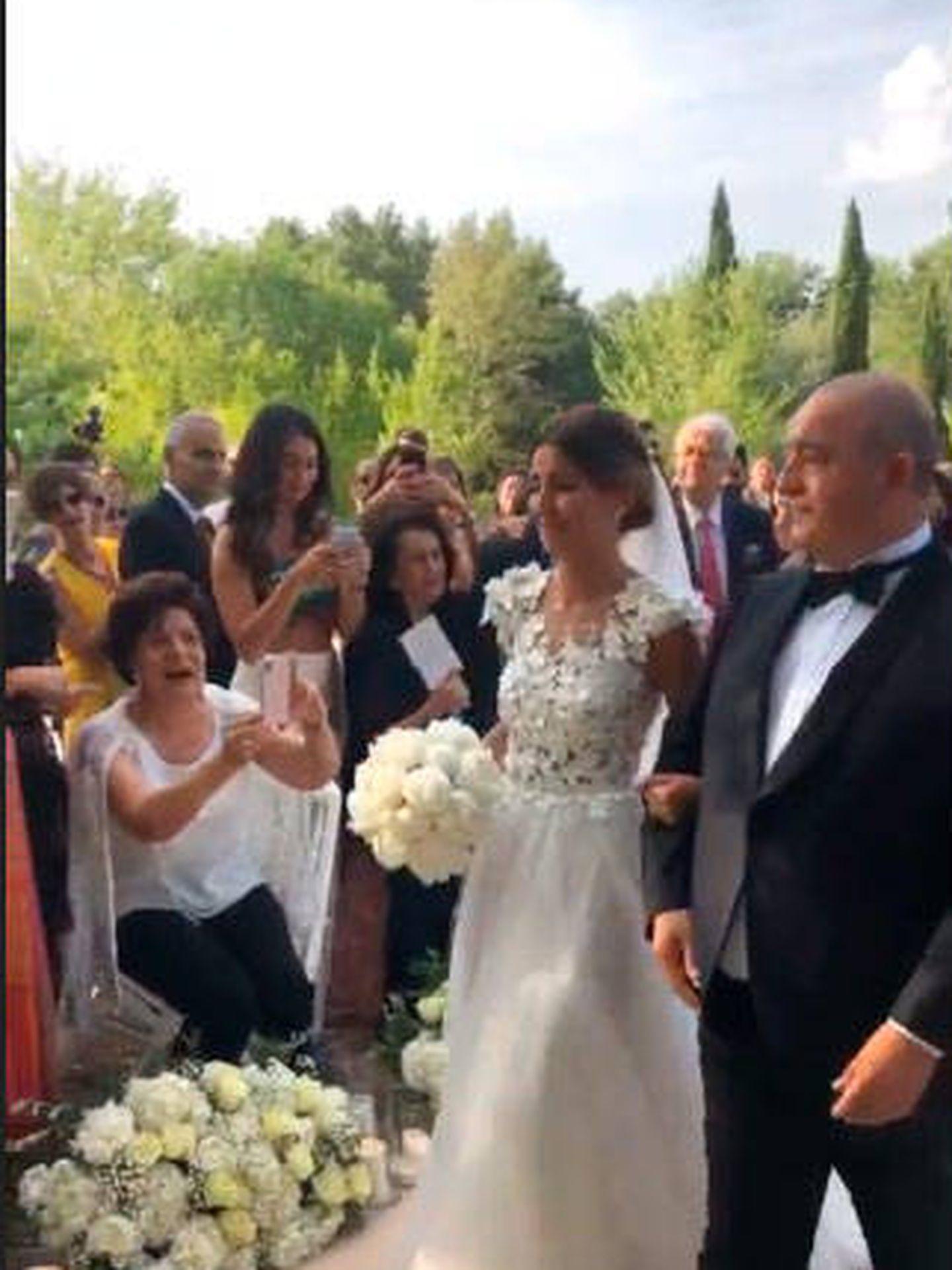 Alexandra Pereira del brazo de su padre en su boda. (IG)