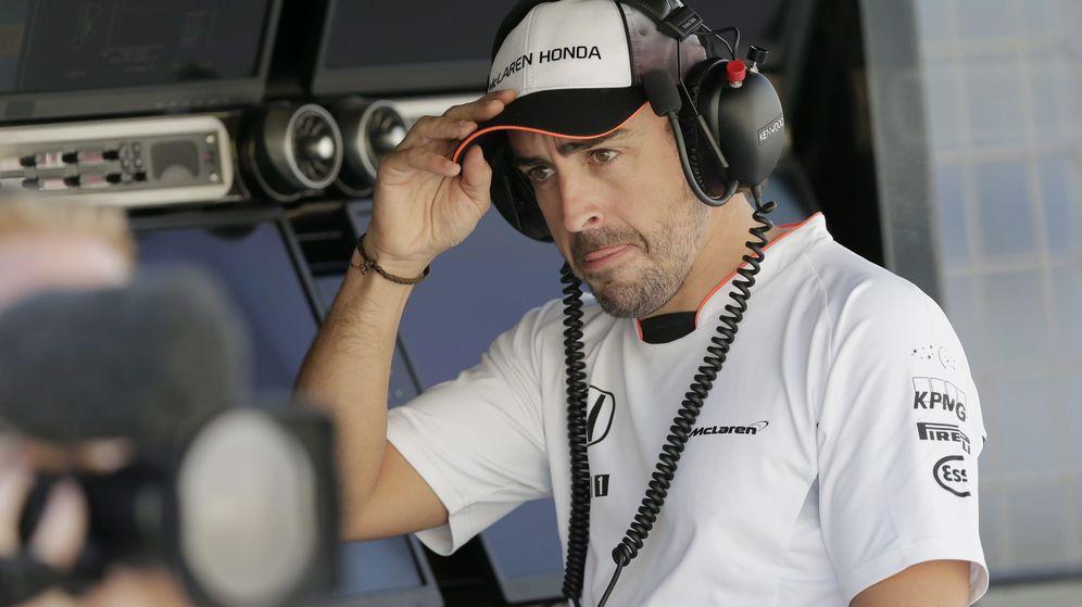 Foto: Fernando Alonso se tuvo que quedar en los boxes (EFE/EPA/VALDRIN XHEMAJ).