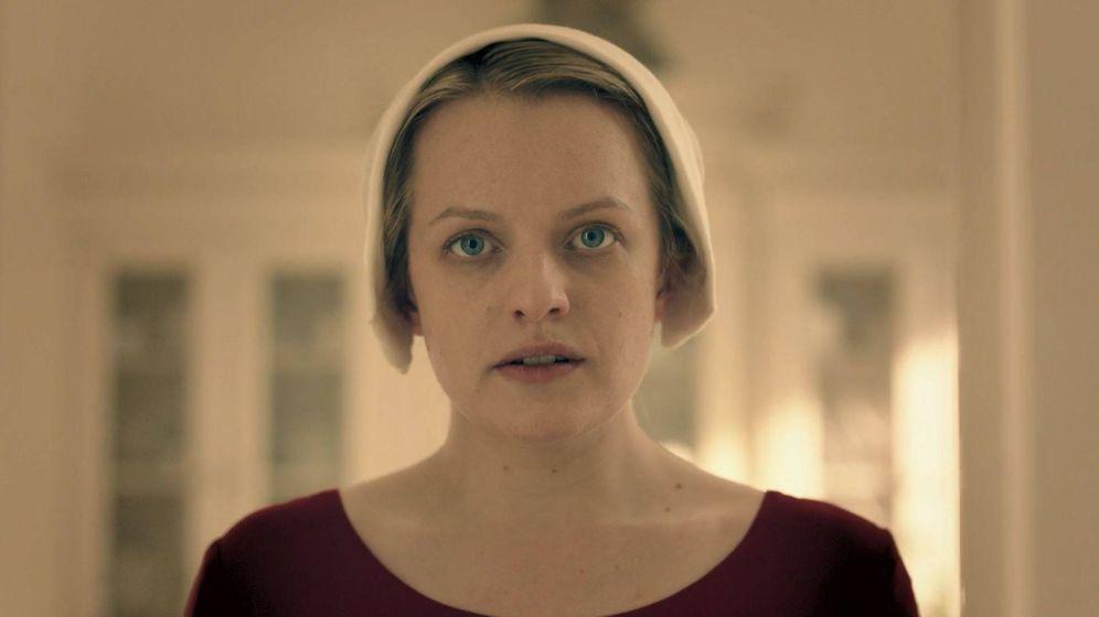 Foto: Defred (June) en 'El cuento de la criada'. (HBO)