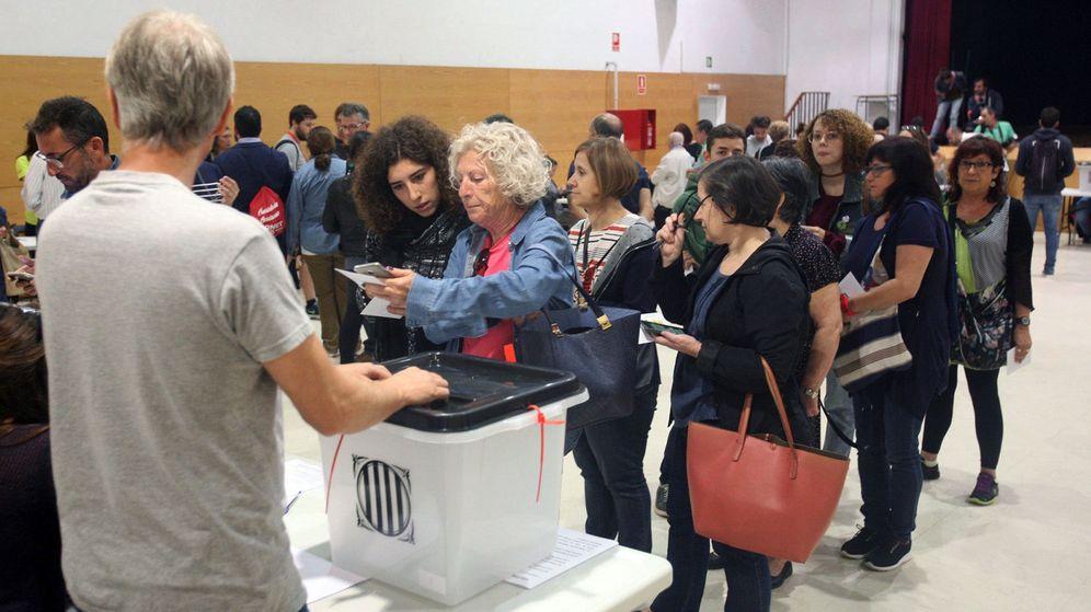 Foto: Colas en las mesas de votación del IES Antoni Martí i Franquès de Tarragona el 1-O. (EFE)