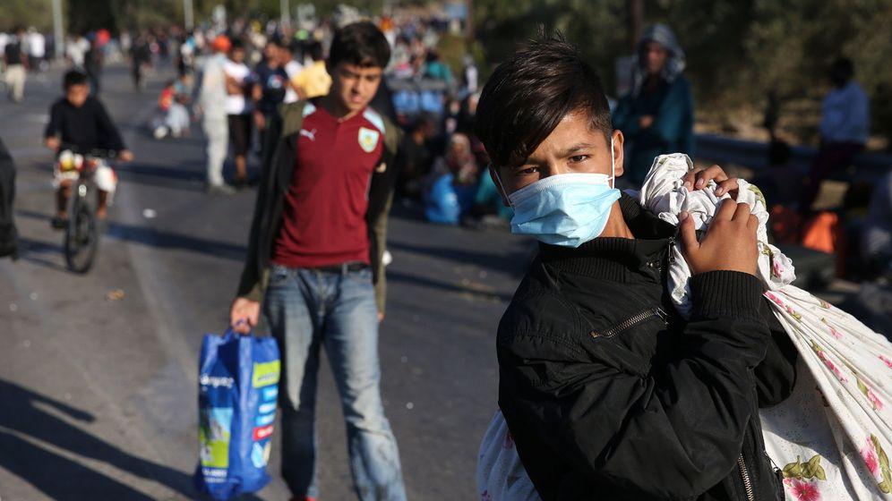 Foto: Varios menores abandonan el campo de refugiados de Moria, en Grecia, arrasado en un incendio. (EFE)