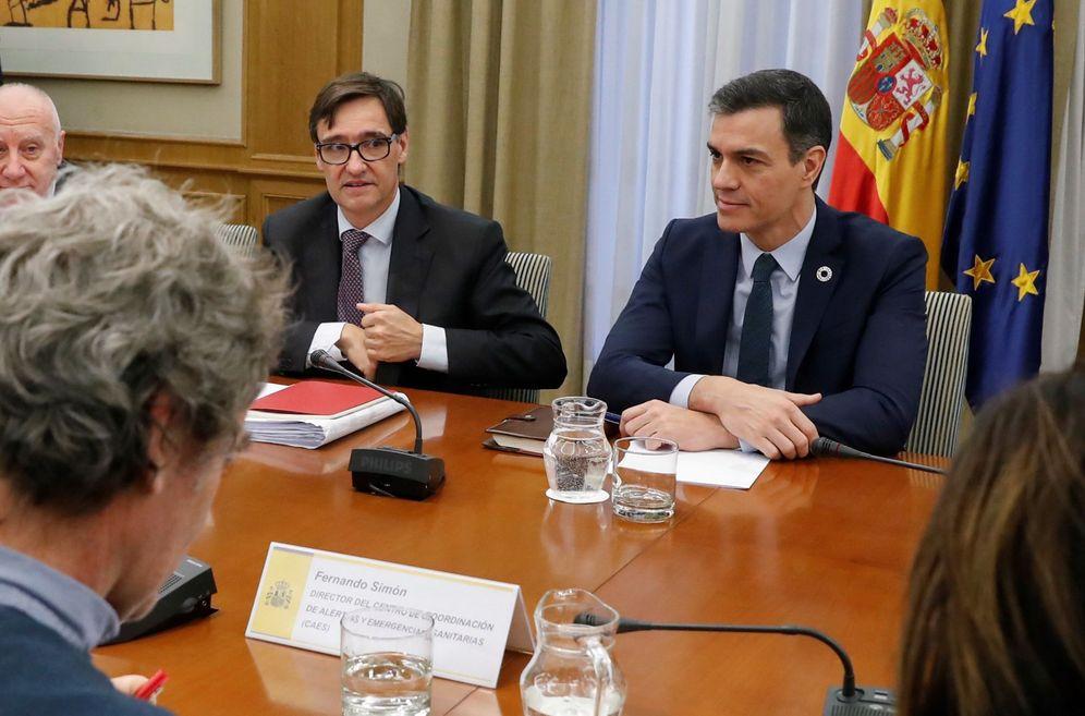 Foto: Pedro Sánchez preside este lunes la reunión de seguimiento del Covid-19, con el ministro Salvador Illa y Fernando Simón, director del Centro de Alertas Sanitarias. (EFE)