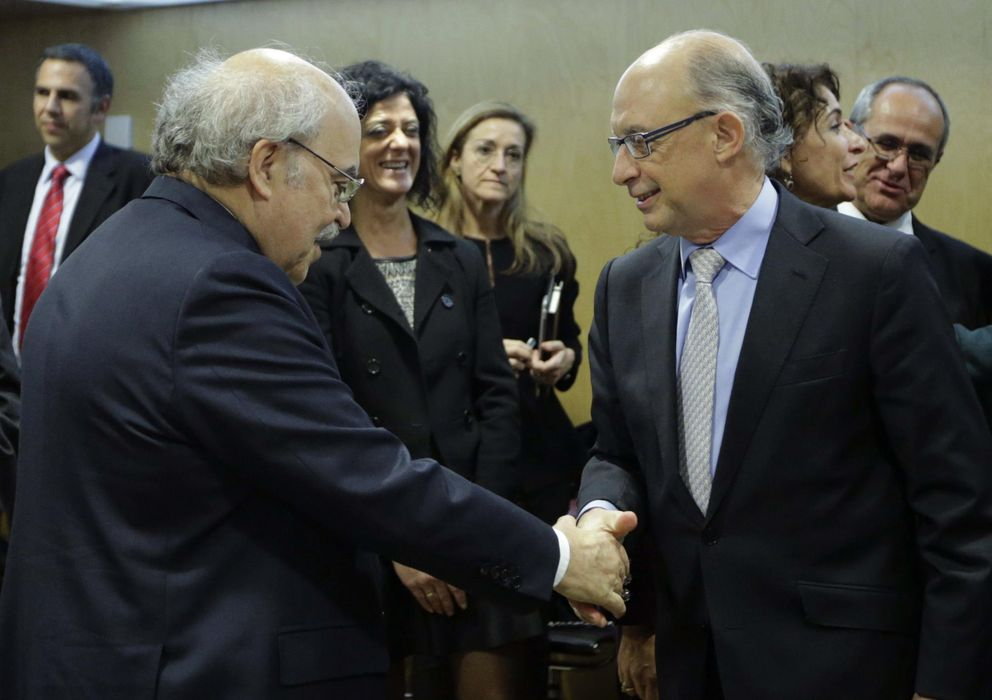 Foto: El ministro de Hacienda saluda al conseller de Economía de la Generalitat, Andreu Mas-Colell. (EFE)
