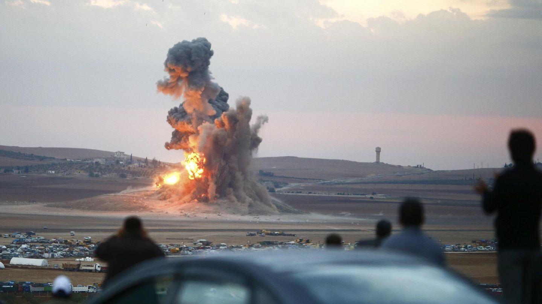 Llamas y columnas de humo cerca de la ciudad siria de Kobane tras un bombardeo de la coalicion contra el ISIS (Reuters).