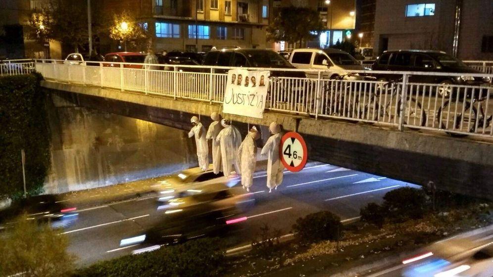 Foto: Los cinco muñecos que han aparecido esta tarde colgados en un puente de Pamplona