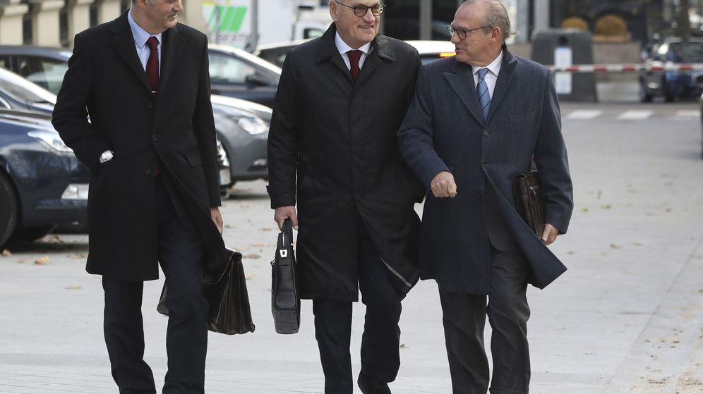 Foto: El empresario y vicepresidente del FC Barcelona, Carles Vilarrubí (c), acompañado de sus abogados. (EFE)