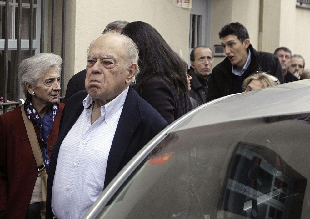 Foto: El expresidente de la Generalitat Jordi Pujol y su esposa Marta Ferrusola,iz., guardan cola en el instituto Montserrat de Barcelona (Efe)