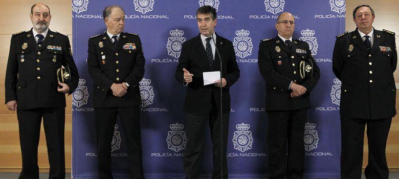Foto: El director general de la Policía Nacional, Ignacio Cosidó, en el centro, acompañado por mandos policiales (EFE)