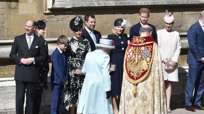 La reina Isabel, tras la misa de Pascua de 2019, con parte de su familia. (Reuters)