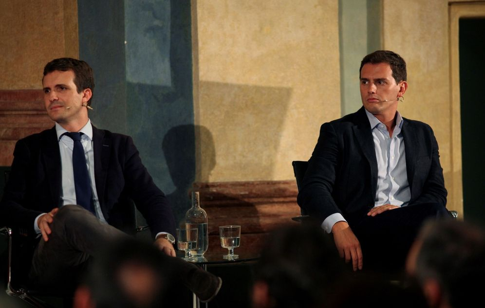 Foto: Casado y Rivera (d) en un encuentro sobre el 40º aniversario de la Constitución. (EFE)