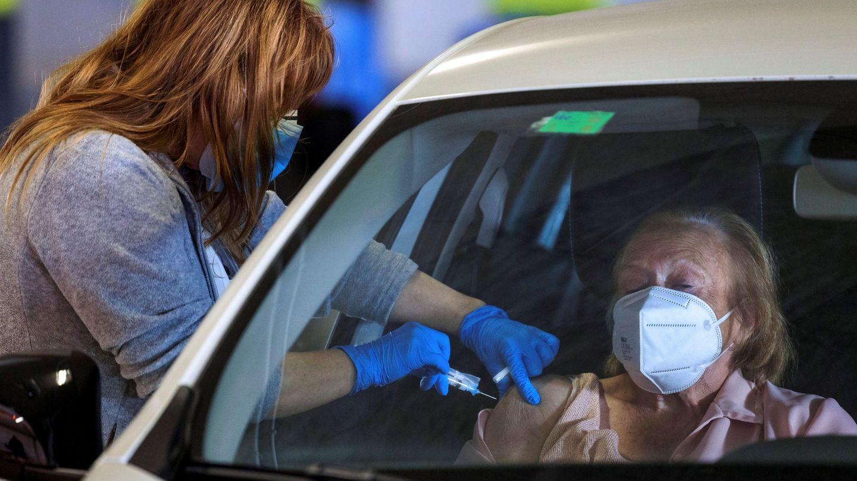 Una sanitaria inyecta una vacuna en el punto de AutoVAC del Hospital Universitario Central de Asturias. (EFE)