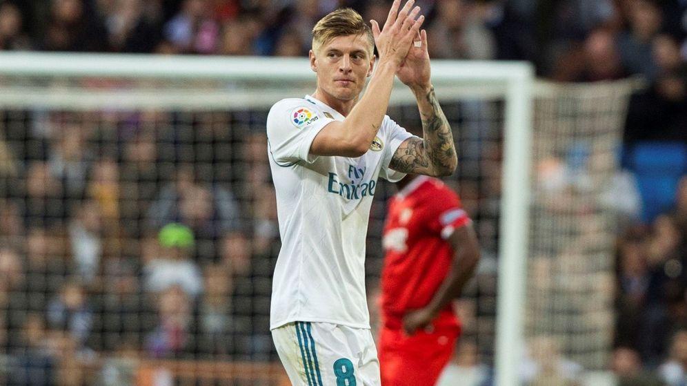 Foto: Kroos aplaude tras ser sustituido. (EFE)