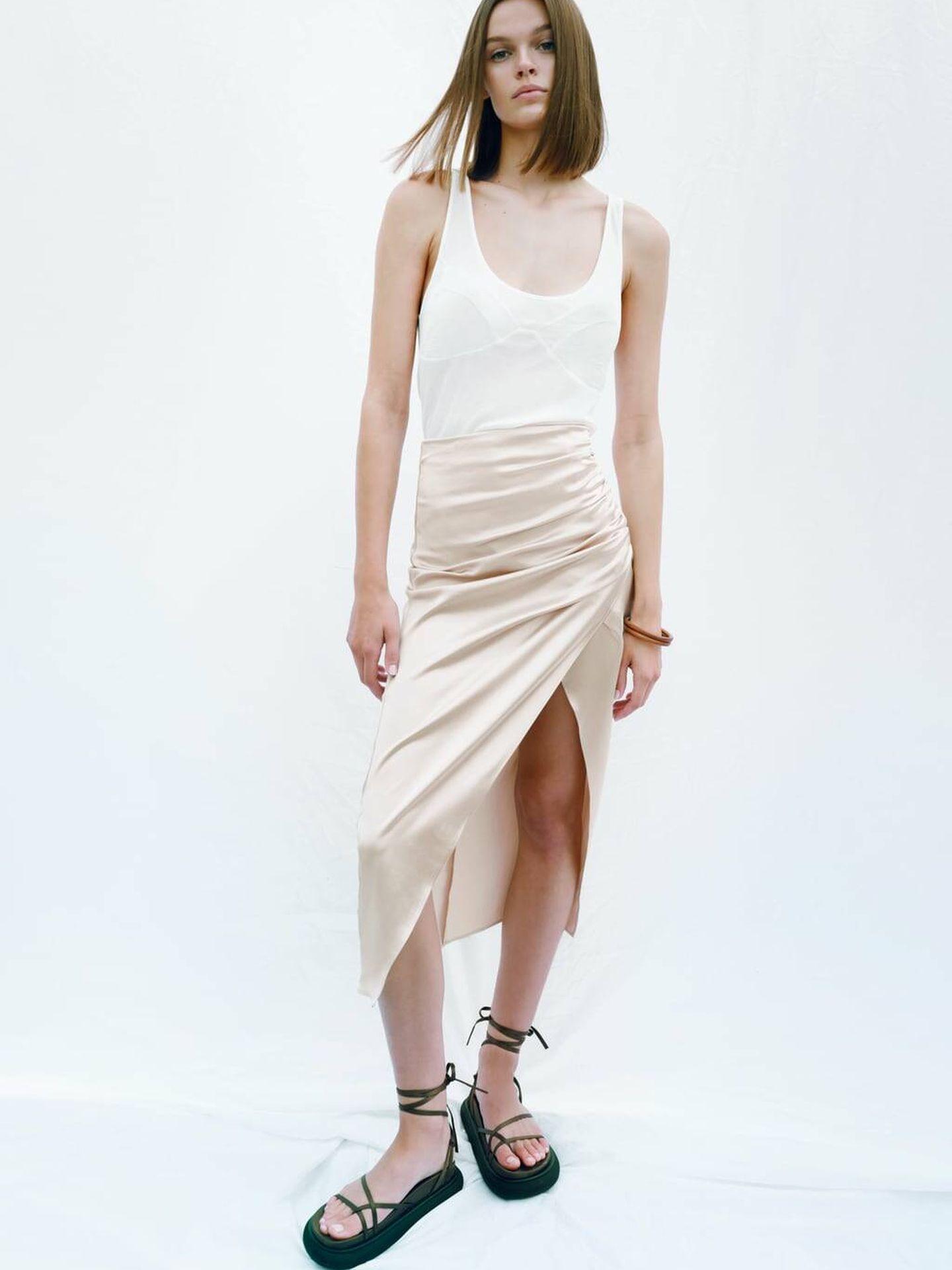 Falda satinada de las novedades de Zara. (Cortesía)
