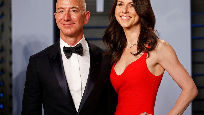 Jeff y MacKenzie Bezos, en una fiesta en Hollywood. (REUTERS)