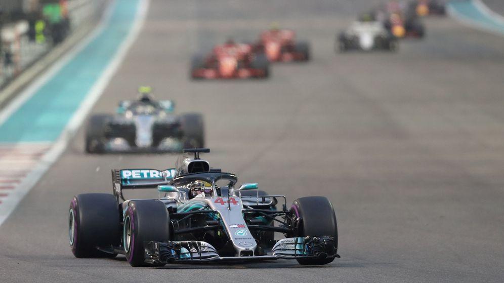 Foto: Lewis Hamilton trazando la primera curva del circuito Yas Marina de Abu Dabi. (Reuters)
