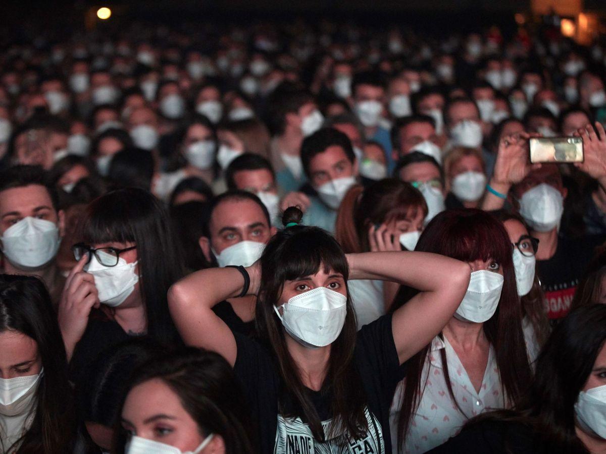Foto: Imagen del primer concierto masivo de Love of Lesbian, en Barcelona. (EFE)