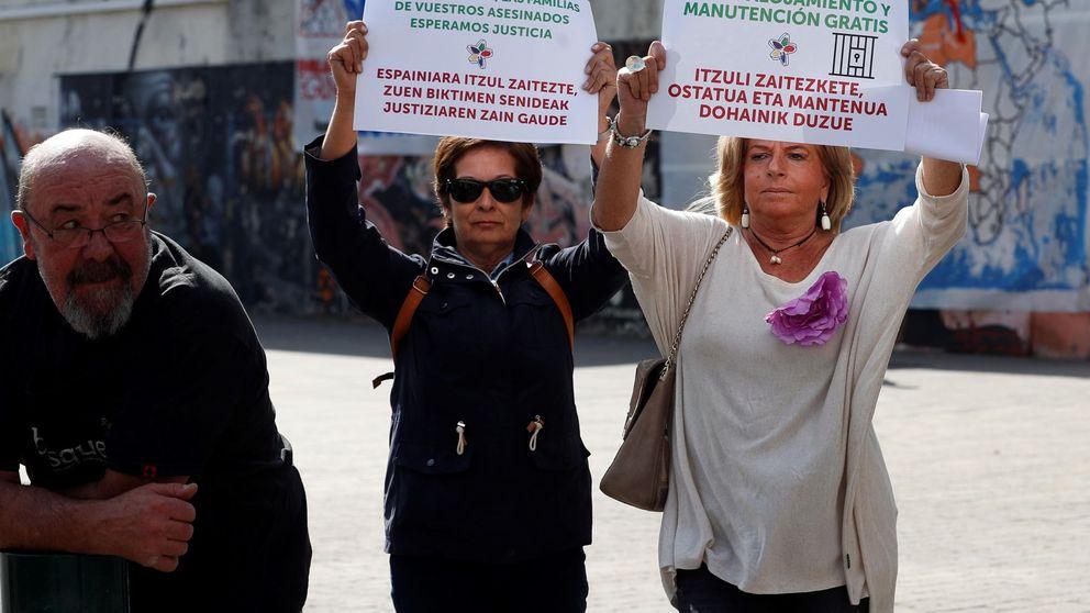 Consuelo Ordóñez, de Covite, irrumpe en un acto por los huidos de ETA para pedir justicia