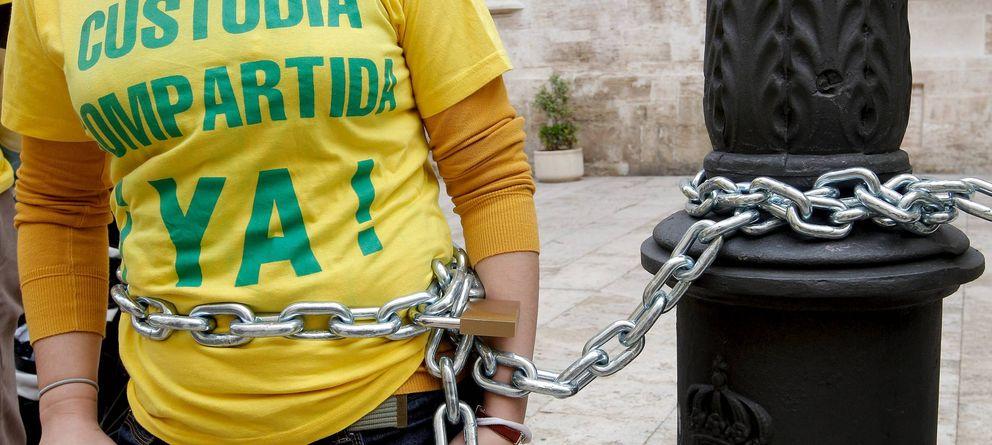 Foto: Protesta de miembros de una asociación de padres y madres separados, en Valencia (Efe)