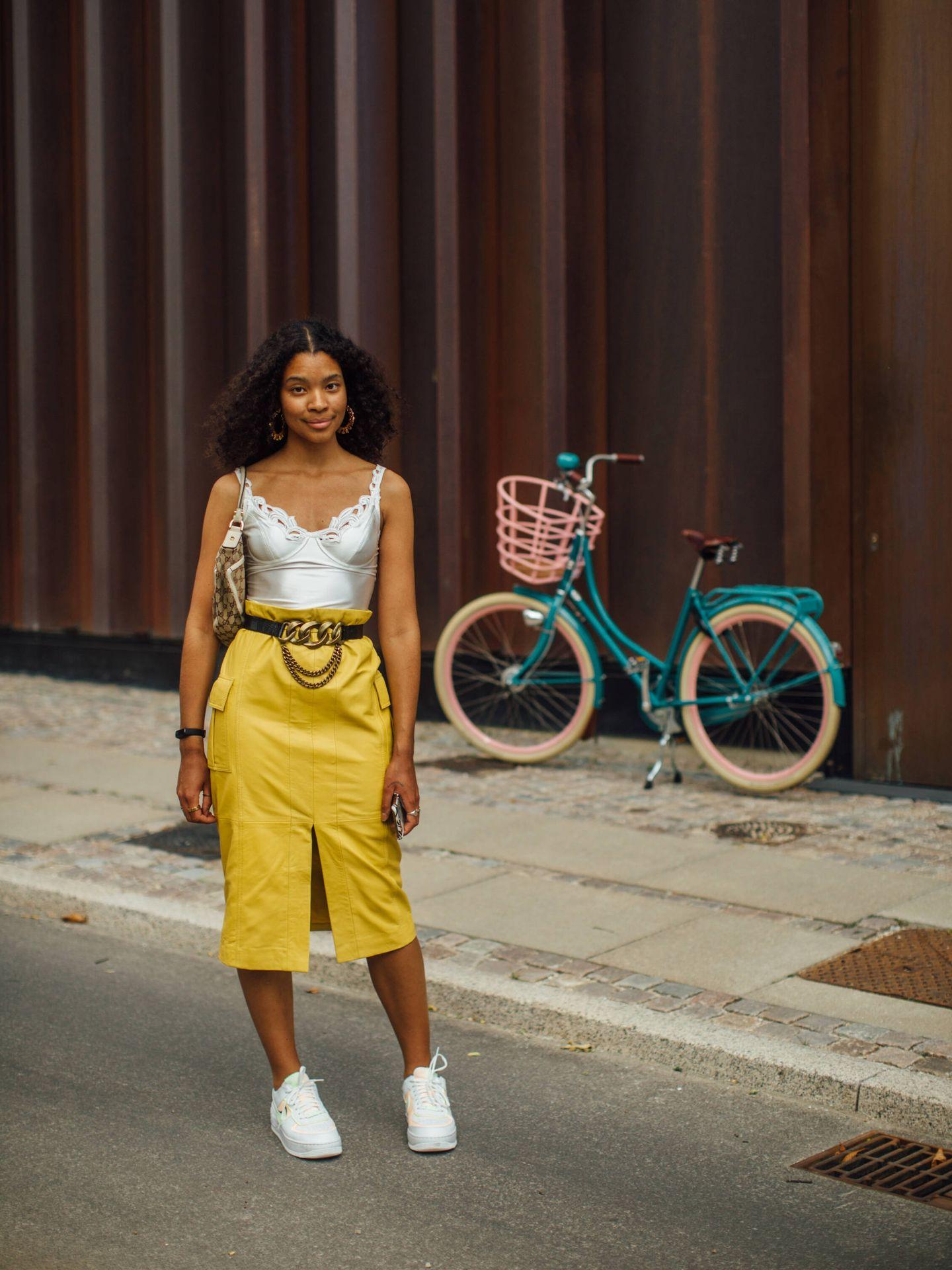 Un top y una falda midi como look triunfador. (Imaxtree)