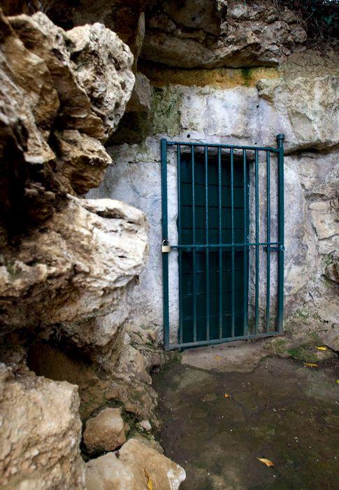 Foto: El acceso a la cueva de Altamira, cerrado desde 2002. (EFE)