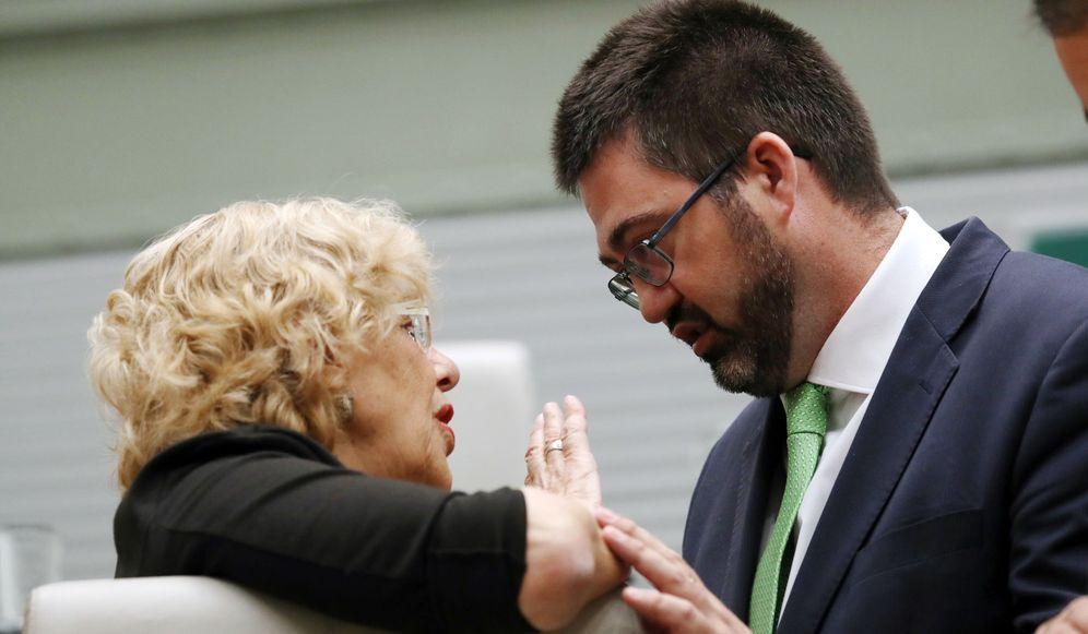 Foto: El concejal de Economía y Hacienda de Ahora Madrid, Carlos Sánchez Mato, conversa con la alcaldesa, Manuela Carmena. (EFE)