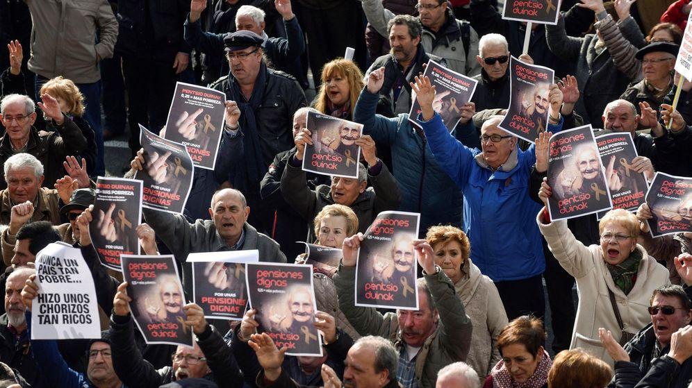 Foto: Miles de jubilados y pensionistas, convocados por la plataforma de asociaciones de jubilados, viudas y pensionistas de Bizkaia, se manifiestan. (EFE)
