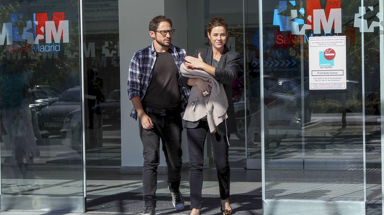 Foto: Amelia Bono sale del hospital con su marido y su hijo (Gtres)