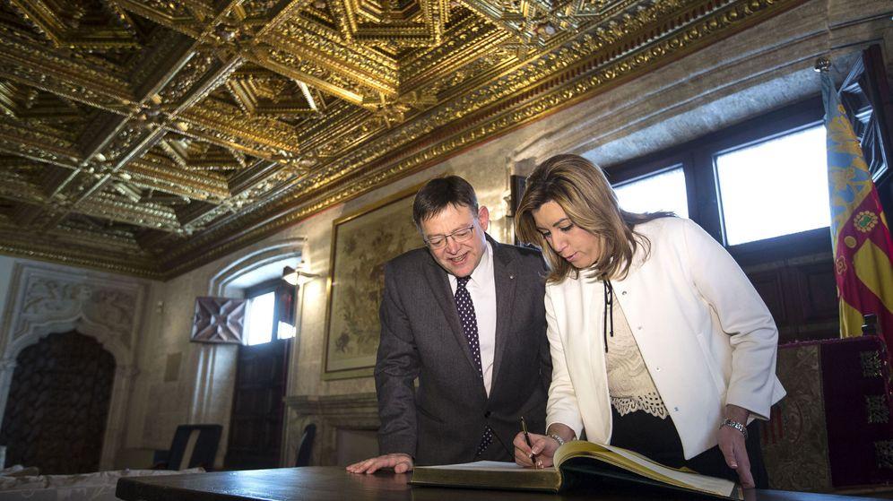 Foto: Díaz firma en el libro de honor del Palau de la Generalitat en presencia de Puig. (Efe)
